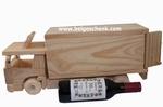 Houten vrachtwagen met wijnflesje met uw boodschap